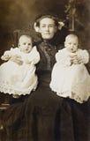 Madre y gemelos imagenes de archivo