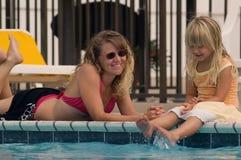 Madre y hija por la piscina Fotografía de archivo libre de regalías