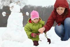 Madre y muchacha en invierno en al aire libre Foto de archivo
