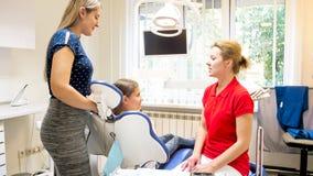 Madre y muchacha jovenes en la oficina del dentista para el chequeo de los dientes Imagen de archivo