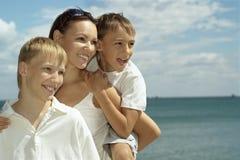 Madre y muchachos en el mar Imagen de archivo libre de regalías