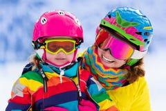 Madre y niña que aprenden esquiar fotografía de archivo libre de regalías