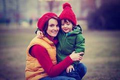 Madre y niño, abarcamiento al aire libre en un día de invierno Fotografía de archivo