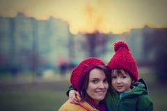 Madre y niño, abarcamiento al aire libre en un día de invierno Foto de archivo