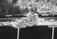 Madre y niño activos felices en el abarcamiento de la piscina Fotos de archivo