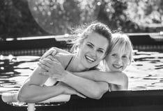 Madre y niño activos sonrientes en el abarcamiento de la piscina Imagen de archivo libre de regalías