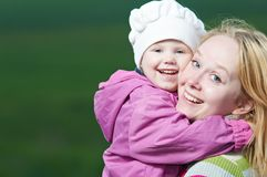 Madre y niño al aire libre Fotos de archivo libres de regalías