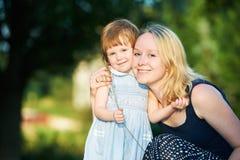 Madre y niño al aire libre Imágenes de archivo libres de regalías