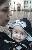 Madre y niño al aire libre en una ciudad imagenes de archivo