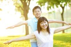 Madre y niño asiáticos foto de archivo libre de regalías