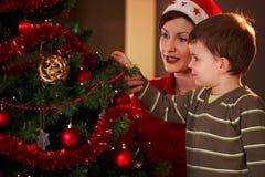 Madre y niño con el árbol de navidad Fotografía de archivo libre de regalías
