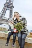 Madre y niño con el árbol de navidad que tiene tiempo de la diversión en París Fotos de archivo