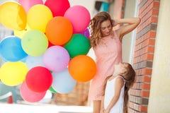 Madre y niño con los globos coloridos Fotos de archivo