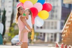 Madre y niño con los globos coloridos Foto de archivo