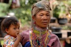 Madre y niño de la tribu de la colina fotos de archivo
