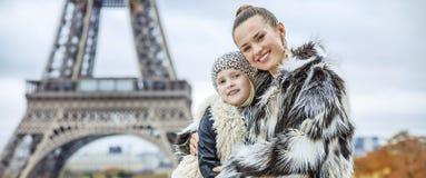 Madre y niño delante de la torre Eiffel en el abarcamiento de París Fotos de archivo
