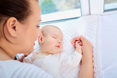 Madre y niño durmiente cerca de la ventana Familia cariñosa feliz Foto de archivo