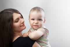 Madre y niño en blanco Foto de archivo libre de regalías