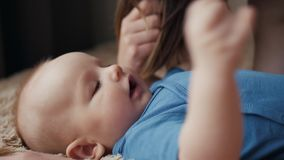 Madre y niño en cama Mamá y bebé en el pañal que juega en dormitorio soleado Padre y niño que se relajan en casa almacen de video