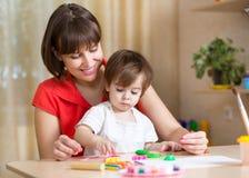 Madre y niño en casa imagen de archivo libre de regalías