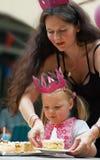 Madre y niño en cumpleaños Fotos de archivo libres de regalías