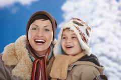 Madre y niño en el invierno Foto de archivo