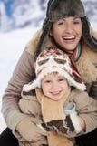 Madre y niño en el invierno Imagen de archivo