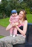 Madre y niño en el parque Fotografía de archivo libre de regalías