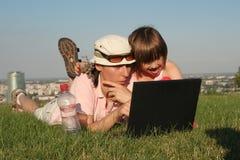 Madre y niño en el trabajo Fotografía de archivo libre de regalías