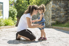 Madre y niño en la ciudad junto Fotografía de archivo libre de regalías