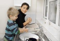 Madre y niño en la cocina. Fotografía de archivo libre de regalías