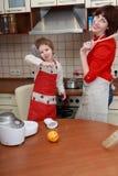 Madre y niño en la cocina Fotos de archivo
