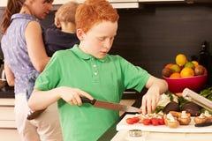 Madre y niño en la cocina Fotografía de archivo libre de regalías
