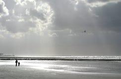Madre y niño en la playa foto de archivo