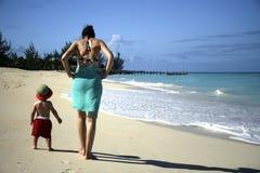 Madre y niño en la playa fotografía de archivo