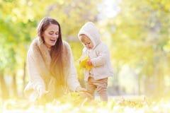 Madre y niño en parque del otoño Imagen de archivo