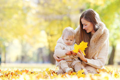 Madre y niño en parque del otoño Imagen de archivo libre de regalías