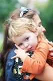 Madre y niño en sus manos Fotografía de archivo