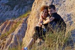 Madre y niño en un paisaje de la montaña imagenes de archivo