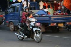 Madre y niño en una moto Fotografía de archivo libre de regalías