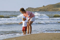 Madre y niño en una playa Foto de archivo