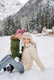 Madre y niño felices al aire libre delante de las montañas nevosas Fotos de archivo libres de regalías