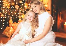 Madre y niño felices cerca del árbol de navidad con la chimenea Imagenes de archivo
