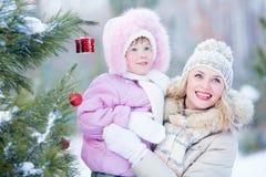 Madre y niño felices con la Navidad adornada Imágenes de archivo libres de regalías