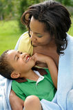 Madre y niño felices del afroamericano Imagenes de archivo