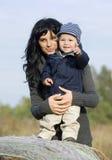 Madre y niño felices en caída Fotografía de archivo libre de regalías