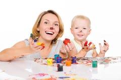 Madre y niño jovenes felices con las manos pintadas Fotos de archivo libres de regalías