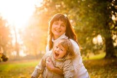 Madre y niño junto en otoño Imágenes de archivo libres de regalías