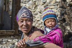 Madre y niño nepaleses del retrato en la calle en el pueblo Himalayan, Nepal Foto de archivo libre de regalías