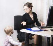 Madre y niño ocupados terminantes Imagen de archivo libre de regalías